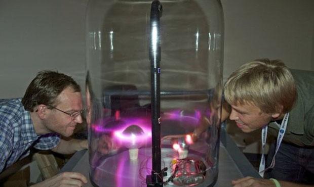 Искусственное полярное сияние в лаборатории